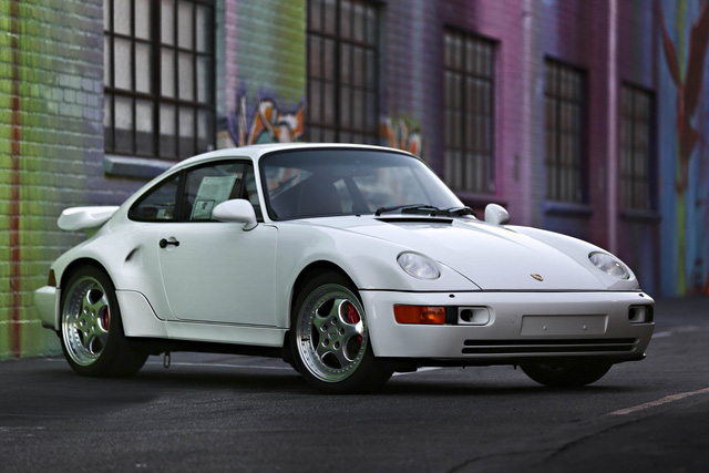 Porsche 964 Turbo 3.6 S đời 1994 với số lượng giới hạn34 chiếc. Xe được trang bị động cơ boxster 6 xi-lanh với công suất 385 mã lực. Đây là chiếc xe có tình trạng hoạt động hoàn hảo khi mà mới chỉ lăn bánh khoảng 100km. Và chiếc xe được hy vọng sẽ mang về từ 1,4 - 1,8 triệu USD.