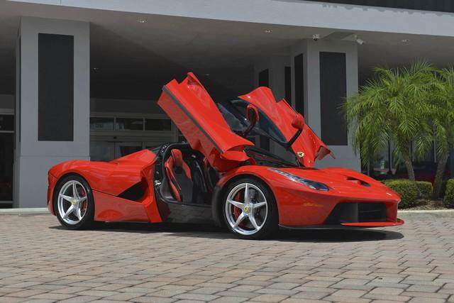 Ferrari LaFerrari đời 2014 là chiếc xe đời mới duy nhất xuất hiện trong buổi đấu giá lần này và mẫu xe này sở hữu động cơ V12 với công suất 963 mã lực cùng hộp số ly hợp kép 7 cấp. Chiếc xe có thể sẽ mang về từ 3,6 - 4,2 triệu đô.