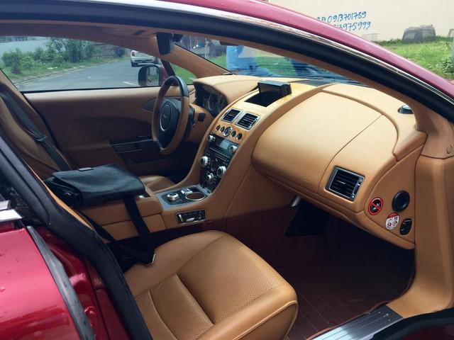Nữ hoàng Rapide này có bộ áo đỏ cùng không gian nội thất là màu da bò. Điểm nhấn cho chiếc coupe 4 cửa là bộ la-zăng 10 chấu thể thao được mạ crôm sáng bóng. Bên trong khoang lái nhiều chi tiết được ốp carbon cao cấp.