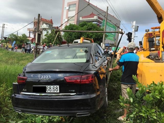 Chiếc sedan hạng sang được cẩu lên bờ ngay sau đó với nhiều chi tiết bị hư hỏng nặng. Ảnh: Otofun.