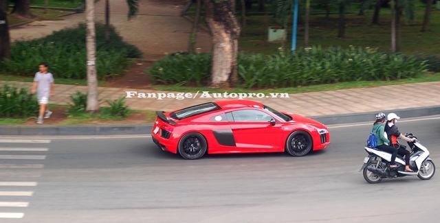 Trước đó vào tối 7/7, Phan Thành gây choáng khi mua Audi R8 V10 Plus 2016, đồng thời chia sẻ đây là lần đầu tiên logo 4 vòng tròn lồng nhau của thương hiệu Audi hiện diện trong garage khủng của mình.