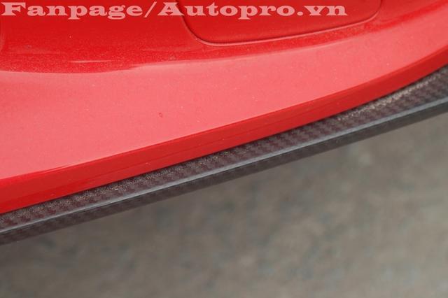 Cánh lướt gió nhỏ ở phía trước đầu xe hay các hốc gió bên hông đều sử dụng chất liệu sợi carbon làm điểm nhấn thiết kế.