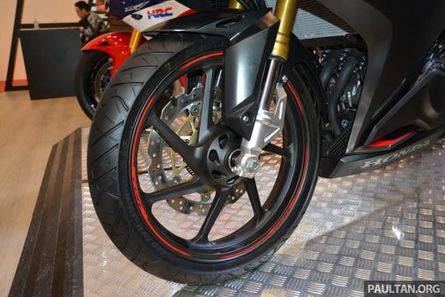 Honda CBR250RR được chia thành 2 phiên bản là có và không có ABS.