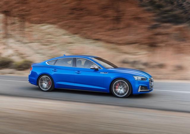 Chưa hết, Audi A5 Sportback 2017 còn được trang bị hàng loạt động cơ diesel khác nhau. Đầu tiên là động cơ diesel TDI, dung tích 2.0 lít với công suất tối đa 187 mã lực và mô-men xoắn cực đại 400 Nm. Hai con số tương ứng của động cơ diesel TDI, dung tích 3.0 lít là 214 mã lực và 400 Nm. Bên cạnh đó là phiên bản mạnh hơn của động cơ TDI, dung tích 3.0 lít với công suất tối đa 281 mã lực và mô-men xoắn cực đại 620 Nm.