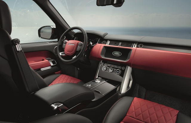 Để mang lại cảm giác thoải mái cho người ngồi bên trong, Range Rover 2017 được trang bị hệ thống thông tin giải trí InControl Touch Pro với màn hình cảm ứng Dual View.