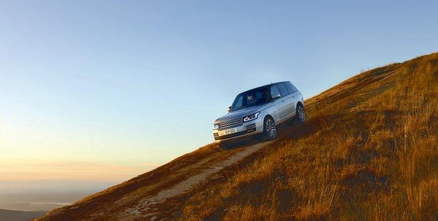 Về trang thiết bị, dòng Range Rover 2017 được bổ sung khá nhiều công nghệ mới như hỗ trợ kéo và giới hạn tốc độ thông minh. Trong đó, hệ thống giới hạn tốc độ thông minh có thể nhận diện các biển báo giao thông. Tiếp đến là tính năng giám sát tình trạng người lái và hỗ trợ phát hiện điểm mù.