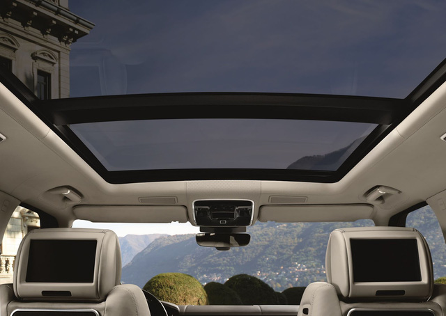 Hệ thống thông tin giải trí của Range Rover 2017 còn tích hợp tính năng định vị vệ tinh. Tính năng này có thể kết nối với điện thoại thông minh của chủ xe.