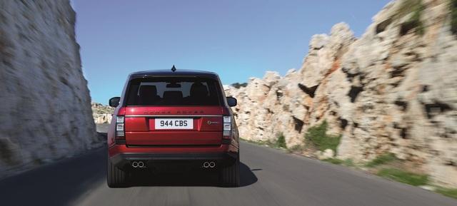 So với SVAutobiography tiêu chuẩn, Range Rover SVAutobiography Dynamic được giảm 8 mm chiều cao gầm đồng thời đi kèm khung gầm nâng cấp. Nhờ đó, Range Rover SVAutobiography Dynamic mang đến cảm giác lái ấn tượng hơn.