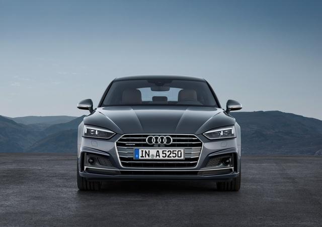 Về thiết kế, Audi A5 Sportback 2017 khá giống với phiên bản 2 cửa đã ra mắt trước đó. Trên đầu xe cũng có lưới tản nhiệt đặc trưng của nhãn hiệu Audi cùng cản va tái thiết kế, đi kèm cánh lướt gió và hốc đèn sương mù khác biệt.