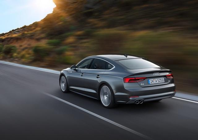 So với phiên bản cũ, Audi A5 Sportback 2017 được trang bị đèn pha hoàn toàn khác. Bên cạnh đó là nắp capô dập gân ấn tượng hơn, sườn xe thay đổi nhẹ và cụm đèn hậu mang thiết kế mới.