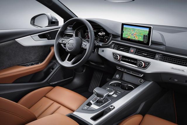 Bên trong Audi A5 Sportback 2017 có những trang thiết bị tương tự phiên bản coupe như hệ thống thông tin giải trí với màn hình 7 inch hoặc 8,3 inch, tùy bản, và màn hình 12,3 inch trên cụm đồng hồ.