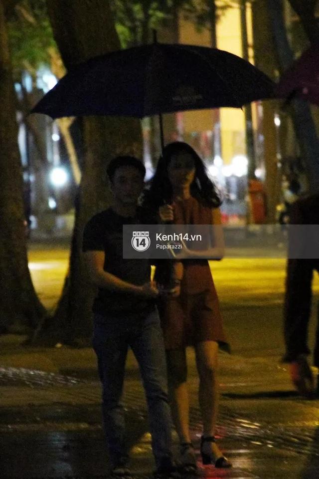 Lúc vào quán cà phê và ra về, trời đều mưa nên Cường Đô-la đã che ô cho Hạ Vi.