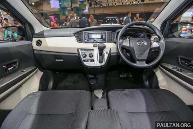 Bên trong Daihatsu Sigra là không gian nội thất giống với Toyota Calya. Tuy nhiên, nội thất của Daihatsu Sigra có 2 màu đen và bạc. Trong khi đó, nội thất của Toyota Calya màu đen và nâu.