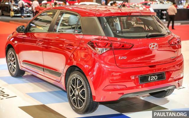 Trong khi đó, Hyundai i20 thế hệ mới tại thị trường Ấn Độ có tên riêng là Elite i20 và đi kèm 2 tùy chọn động cơ khác nhau. Đầu tiên là động cơ xăng Kappa 4 xy-lanh, dung tích 1,2 lít có công suất tối đa 83 mã lực và mô-men xoắn cực đại 115 Nm. Hai con số tương ứng của động cơ diesel 4 xy-lanh, tăng áp, dung tích 1,4 lít là 90 mã lực và 220 Nm. Động cơ xăng kết hợp với hộp số sàn 5 cấp. Trong khi đó, động cơ diesel đồng hành cùng hộp số sàn 6 cấp.