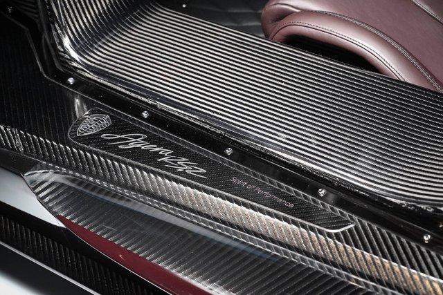 Sức mạnh động cơ cho phép Koenigsegg Agera RSR tăng tốc từ 0-100 km/h trong thời gian chỉ 2,5 giây trước khi đạt vận tốc tối đa 400 km/h. Động cơ kết hợp với hộp số tự động ly hợp kép 7 cấp với lẫy gạt chuyển số trên vô lăng.