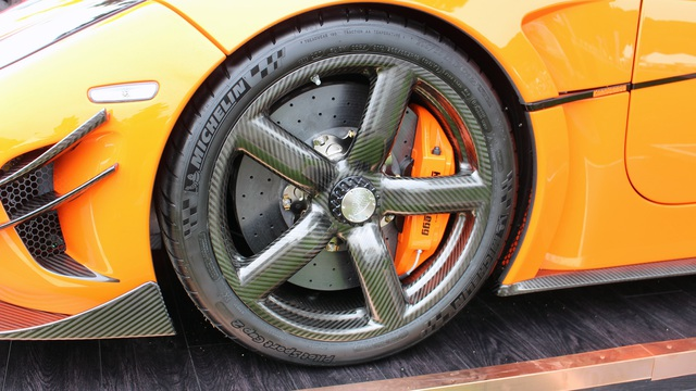 Trong khi đó, các thông số còn lại của Koenigsegg Agera XS vẫn giống hệt Agera RS. Với hàng loạt chi tiết bằng sợi carbon, siêu xe Koenigsegg Agera RS chỉ sở hữu trọng lượng 1.394 kg. Như vậy, siêu xe Koenigsegg Agera RS chỉ nặng tương đương với Volkswagen GTI.