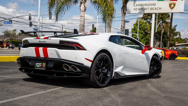 Chính vì vậy, chiếc Lamborghini Huracan này tuy là xe đã qua sử dụng với đồng hồ công-tơ-mét báo 1.010 dặm, tương đương 1.616 km, nhưng vẫn có giá bán lên đến 299.888 USD, xấp xỉ 6,68 tỷ Đồng. Trong khi đó, Lamborghini Huracan tiêu chuẩn có giá khởi điểm 237.250 USD, tương đương 5,3 tỷ Đồng, tại thị trường Mỹ.