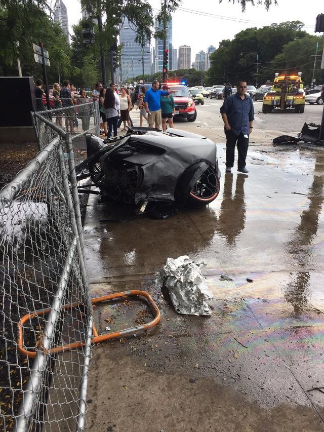 Nửa thân dưới của chiếc Lamborghini Huracan nằm trên vỉa hè.