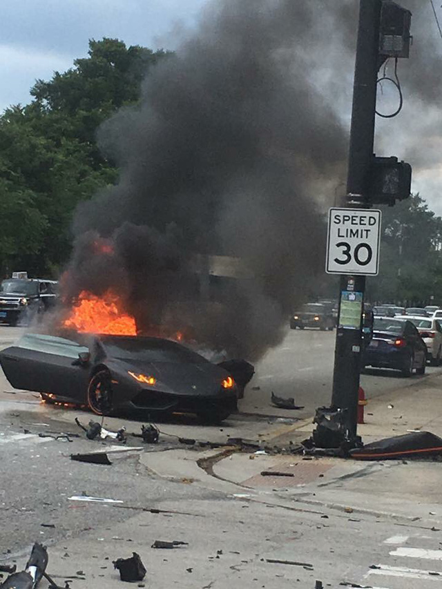Chiếc Lamborghini Huracan bốc cháy dữ dội.