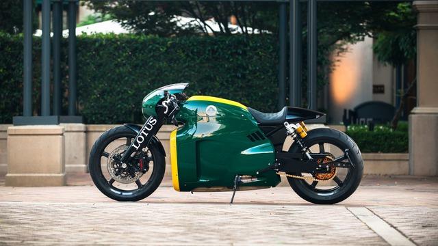 Cảm hứng thiết kế siêu mô tô Lotus C-01 vốn bắt nguồn từ chiếc xe đua Lotus 49 trong quá khứ. Đập vào mắt người nhìn là thiết kế đơn giản và đậm chất cổ điển của Lotus C-01. Tất nhiên, nói như vậy không có nghĩa là Lotus C-01 chẳng có chi tiết nào thú vị trong thiết kế.