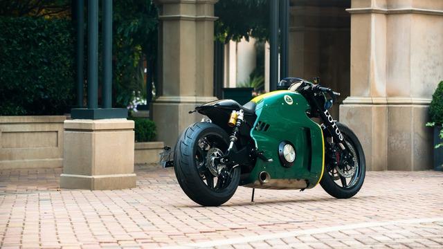 Lotus C-01 được trang bị bộ khung gầm liền khối bằng sợi carbon, titan và thép hàng không. Với những vật liệu nhẹ này, Lotus C-01 chỉ nặng 181 kg.
