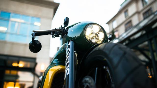 Bên trong thân vỏ bằng sợi carbon của Lotus C-01 là khối động cơ V-Twin nghiêng 75 độ, dung tích 1.195 cc. Động cơ có đường kính xy-lanh 105 mm và khoảng chạy 69 mm tương tự máy của KTM RC8R. Động cơ tạo ra công suất tối đa 175 mã lực và kết hợp với hộp số 6 cấp cùng hệ dẫn động bánh sau.