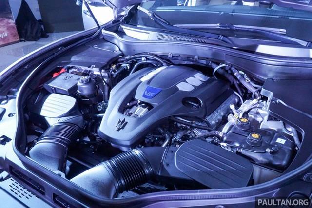 Bên dưới nắp capô của Maserati Levante là khối động cơ xăng V6, tăng áp kép, dung tích 3.0 lít, sản sinh công suất tối đa 350 mã lực tại vòng tua máy 5.750 vòng/phút và mô-men xoắn cực đại 500 Nm tại dải vòng tua từ 4.500 - 5.000 vòng/phút. Động cơ cho phép Maserati Levante tăng tốc từ 0-100 km/h trong thời gian 6 giây.
