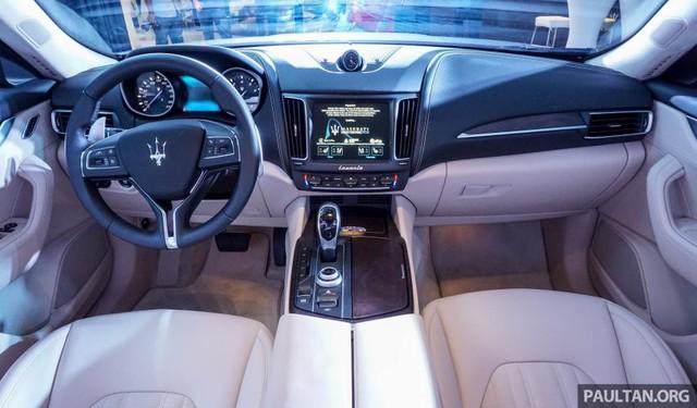 Bước vào bên trong Maserati Levante, người lái được chào đón bằng thiết kế tương tự Ghibli. Chất liệu da được dùng để bọc ghế, bảng táp-lô và nhiều chi tiết trang trí khác.