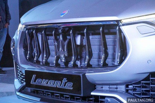 Về thiết kế, Levante mang diện mạo đậm chất Maserati. Đầu tiên phải kể đến lưới tản nhiệt trước lõm xuống vốn cũng được dùng cho các mẫu xe Maserati khác như Ghibli, Quattroporte, GranTurismo và GranCabrio.