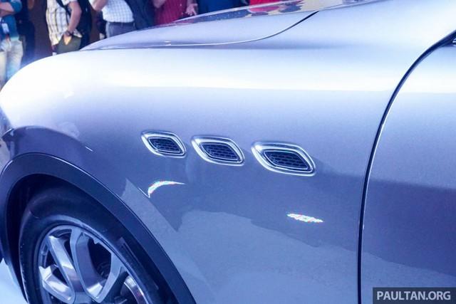 Bên sườn Maserati Levante có 3 hốc gió cũng là đặc trưng của hãng xe sang nước Ý.