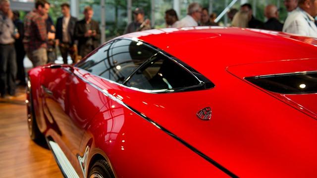 Có thể nói, Mercedes-Maybach 6 đẹp nhất khi nhìn ngang thân với những đường nét thiết kế khí động học mượt mà. Đồng thời, khi nhìn ngang, mọi người có thể cảm nhận được kích thước đồ sộ của Mercedes-Maybach 6. Thậm chí, Mercedes-Maybach 6 ở ngoài đời còn to hơn tưởng tượng của nhiều người.