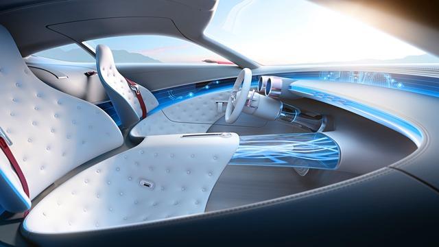Đúng như xu hướng hiện tại, Mercedes-Maybach 6 cũng được trang bị hệ dẫn động điện với 4 mô-tơ khác nhau, tạo ra công suất tối đa tổng cộng 738 mã lực. Hệ dẫn động cho phép Mercedes-Maybach 6 tăng tốc từ 0-100 km/h trong thời gian chưa đến 4 giây. Bên dưới sàn xe có cụm pin 80 kWh giúp Mercedes-Maybach 6 chạy hết quãng đường 322 km.