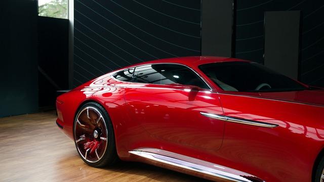 Bên cạnh đó, Mercedes-Maybach 6 cũng gây ấn tượng với hệ thống cửa cánh chim, gợi liên tưởng đến dòng xe cổ của Mercedes-Benz. Những dải crôm cạnh mép cửa càng nhấn mạnh thêm phần thân uốn lượn mượt mà của Mercedes-Maybach 6.