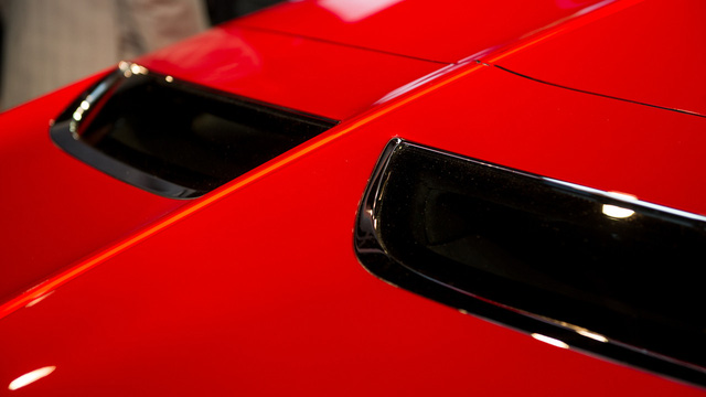 Vòng ra đằng sau, bạn sẽ bắt gặp kính chắn gió nhỏ được chia đôi bằng một đường gân kéo dài dọc xe. Trên đuôi xe còn có bộ khuếch tán tạo thành đường cong phức tạp.