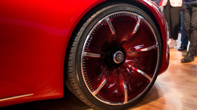 Tương tự mẫu xe concept Maybach Exelero ra đời năm 2004, Mercedes-Maybach 6 cũng được áp dụng thiết kế đầu xe dài và khoang lái đẩy về phía sau. Tuy nhiên, so với Maybach Exelero, Mercedes-Maybach 6 mềm mại và cong hơn hẳn.