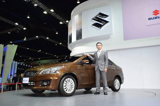 Suzuki Ciaz là mẫu sedan cỡ nhỏ đã lần đầu tiên ra mắt tại thị trường Ấn Độ vào tháng 10/2014. Sau đó, đến triển lãm Bangkok 2015 diễn ra vào năm ngoái, Suzuki Ciaz tiếp tục được giới thiệu với người tiêu dùng Thái Lan.