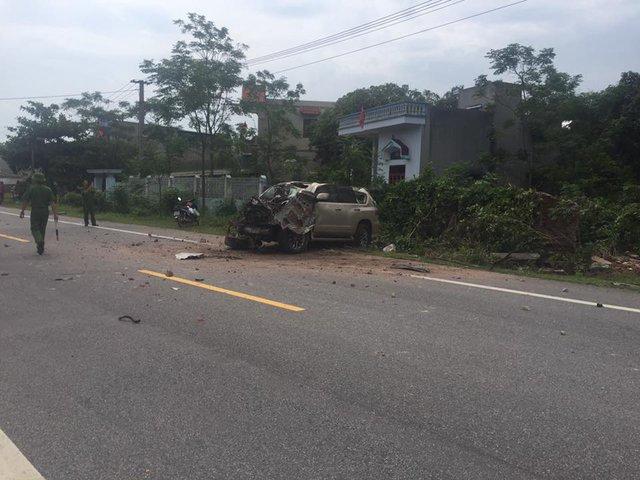 Hiện trường vụ tai nạn giữa Lexus GX460 và xe máy.