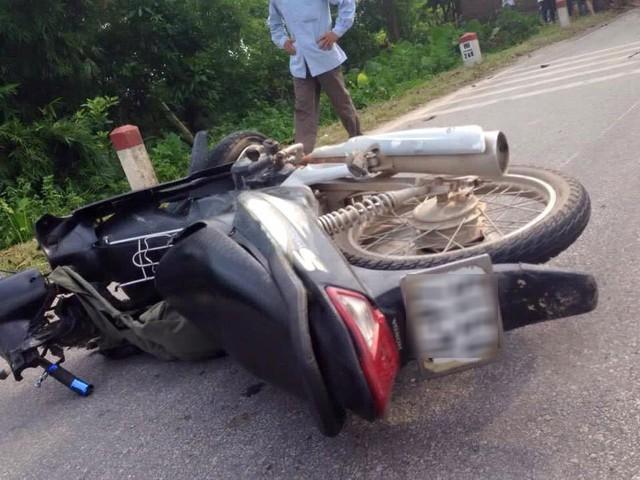 ... và xe máy tại hiện trường vụ tai nạn.