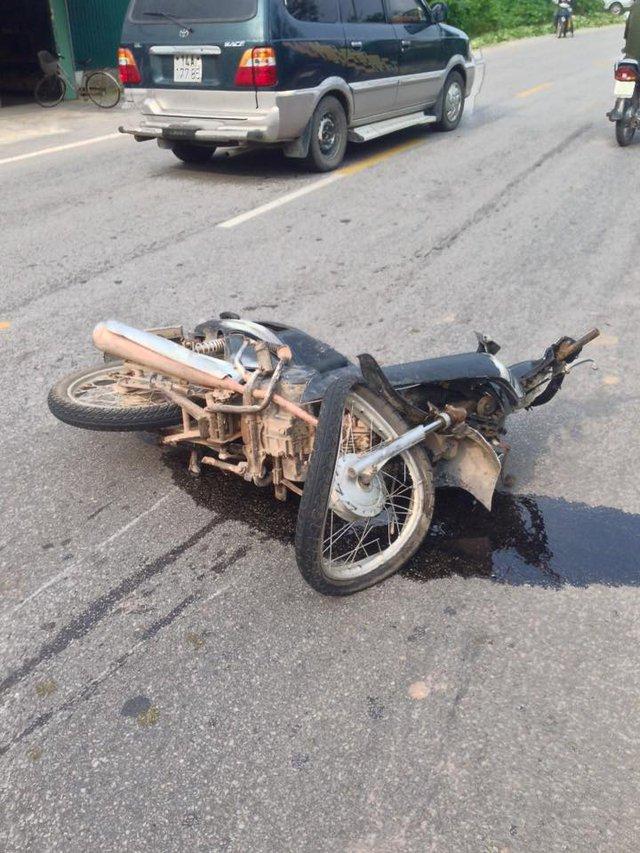 Chiếc xe máy cũng bị biến dạng sau cú va chạm trực diện.