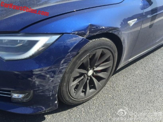 Chiếc Tesla Model S bị xước và biến dạng góc đầu xe bên trái.