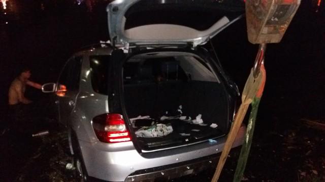 Chiếc Mercedes-Benz ML350 được trục vớt lên bờ.