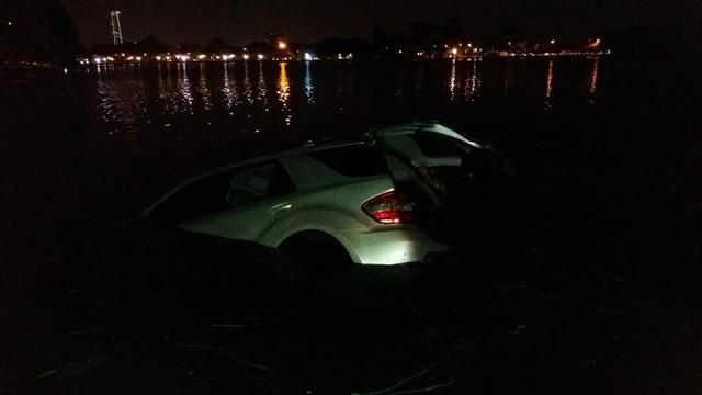 Chiếc Mercedes-Benz ML350 chìm dưới hồ Trúc Bạch.