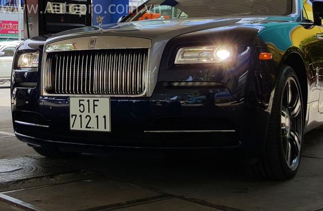 Wraith được hãng xe siêu sang đến từ Anh Quốc sinh ra nhằm tiếp cận đến các khách hàng trẻ tuổi hơn vì thế mẫu coupe này sở hữu thiết kế năng động và thể thao so với các sản phẩm của Rolls-Royce. Tuy nhiên, vẫn mang hình dáng đặc trưng của một chiếc Rolls-Royce như lưới tản nhiệt, biểu tượng Spirit of Ecstasy, cụm đèn pha vuông vức và tất nhiên là một nội y sang trọng.