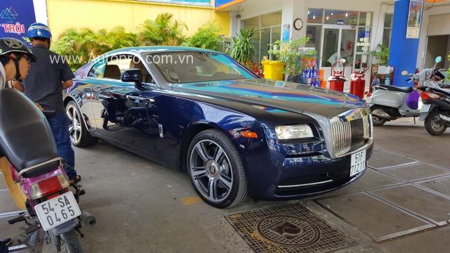 Trong vòng một năm trở lại đây, Phan Thành ngoài việc tậu 5 chiếc siêu xe gây chấn động giới chơi xe và một số chiếc xe sang để phục vụ cho công việc, thì sự xuất hiện của chiếc coupe siêu sang Rolls-Royce Wraith có thể xem như làm cho bộ sưu tập xế khủng của mình thêm đa dạng.