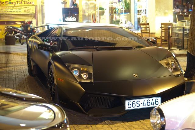 Trong bộ sưu tập siêu xe khủng của mình, ngoài chiếc Bugatti Veyron từng gây chấn động giới chơi xe trong cả nước và cả những trang tin chuyên về siêu xe trên thế giới, thì đại gia Phạm Trần Nhật Minh hay còn gọi Minh Nhựa còn có mẫu siêu xe đình đám khác là Lamborghini Murcielago LP670-4 SV.