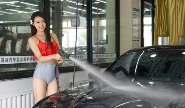 Nên rửa xe ngay khi về đến nhà, gara, hoặc chỗ đỗ để loại bỏ nước mưa bám trên thân xe, tại các kẽ hở,...