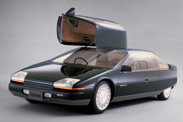Cửa gập cánh chim được ứng dụng trên concept Nissan NX-21 năm 1983. Hãng xe Nhật Bản kỳ vọng đây sẽ là mẫu xe nổi bật của thế kỷ XXI nhưng điều đó đã không thể xảy ra.