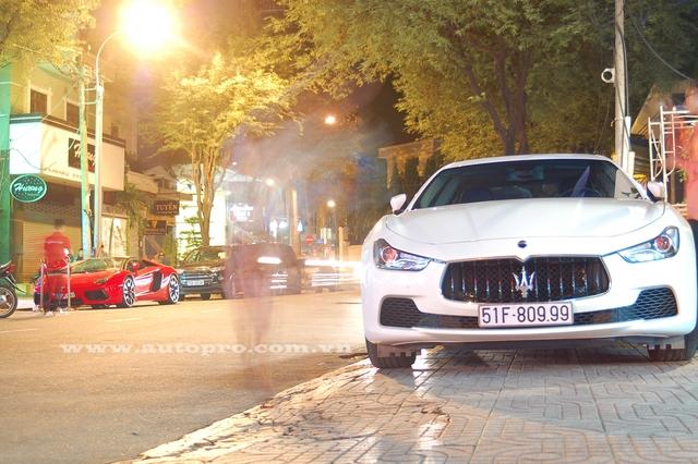 Ngoài ra còn có thể kể đến dàn xe sang tiền tỷ khác như Maserati Ghibli có giá 5,5 tỷ Đồng. Đây cũng là chiếc Ghibli chính hãng đầu tiên tại Việt Nam ra biển số trắng và 3 số đuôi đều trùng nhau với con số 9.