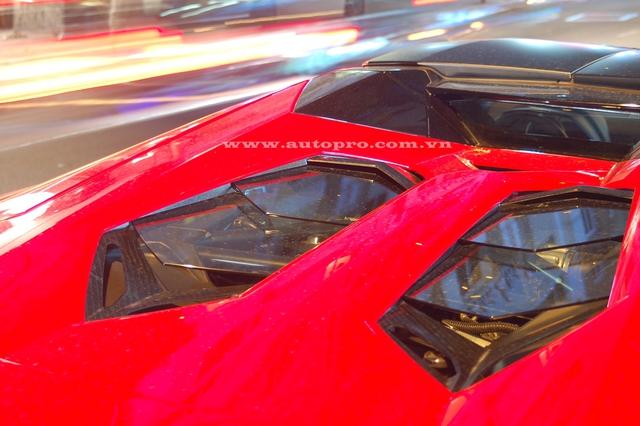 Aventador LP700-4 Roadster sử dụng động cơ V12, dung tích 6,5 lít, sản sinh công suất tối đa 700 mã lực và mô-men xoắn cực đại 690 Nm. Sức mạnh được truyền tới cả bốn bánh thông qua hộp số tự động 7 cấp ISR. Nhờ đó, xe có thể tăng tốc từ 0-100 km/h trong 2,9 giây trước khi đạt vận tốc tối đa 349 km/h.