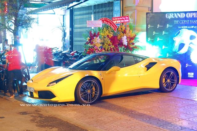 Ferrari 488 GTB trị giá 16 tỷ Đồng của em trai Phan Thành. Siêu ngựa sử dụng động cơ V8, tăng áp kép, dung tích 3,9 lít, sản sinh công suất tối đa 661 mã lực và mô-men xoắn cực đại 760 Nm . Kết hợp cùng hộp số ly hợp kép 7 tốc độ, siêu ngựa mất khoảng 3 giây để tăng tốc từ 0-100 km/h trước khi đạt vận tốc tối đa 330 km/h.